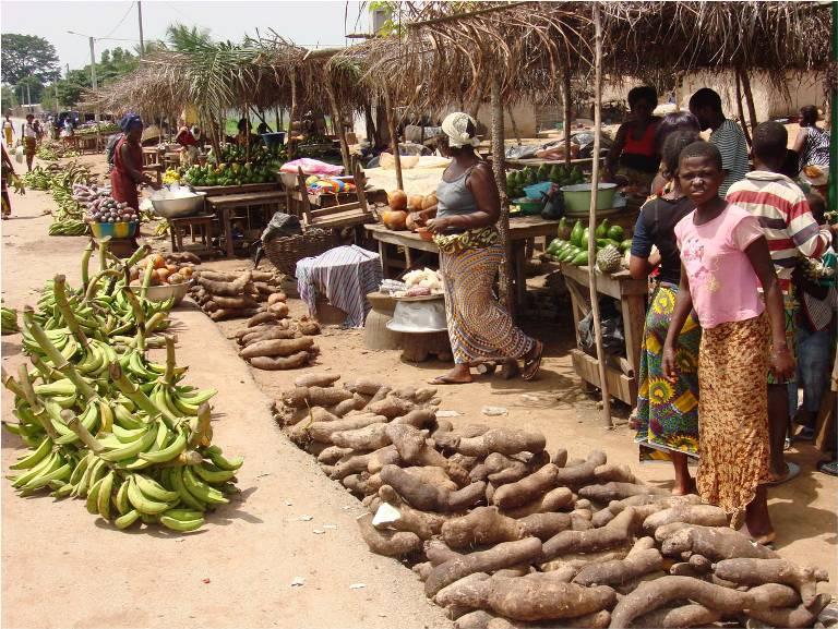 Marché vivrier aux abords d'une route en Côte d'Ivoire.