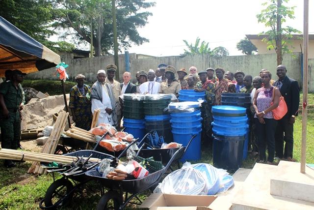 Photo de famille devant le matériel offert par Palmafrique