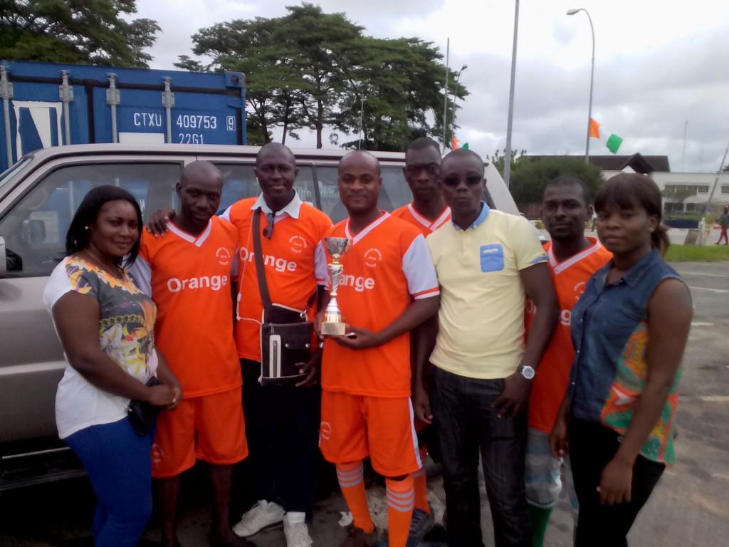L'équipe de Palmafrique avec le trophée de la meilleure attaque